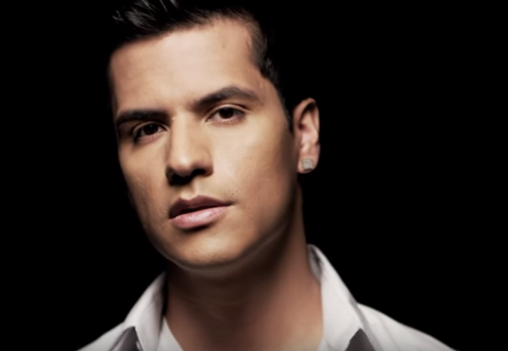 Luis Alberto Aguilera, de 27 años, busca ser reconocido por su propio talento musical. (Captura YouTube).