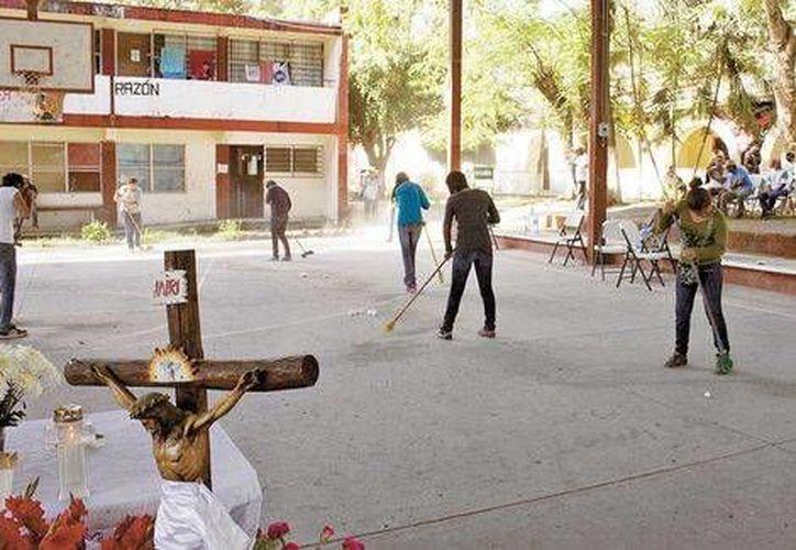 Los propios normalistas se encargan de la limpieza del plantel. (Daniel Cruz/Milenio)