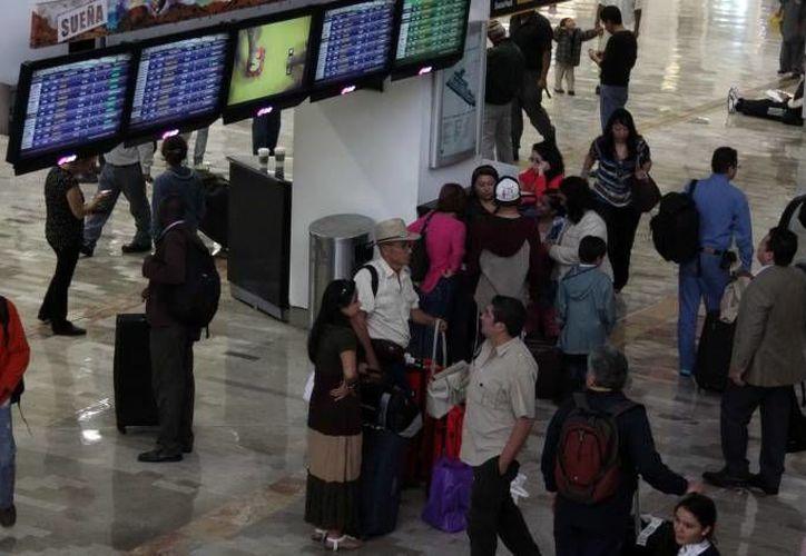 Autoridades han comenzado una investigación entre empleados del aeropuerto del DF por el mal manejo de las maletas. (Archivo Notimex)