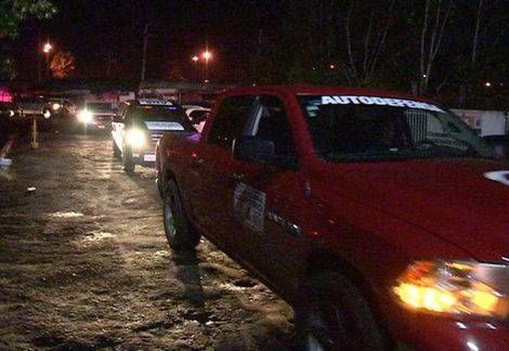 Ingreso de los 30 vehículos con falsos autodefensas a la PGJE en Michoacán. (Milenio/Foto tomada de Quadratín)