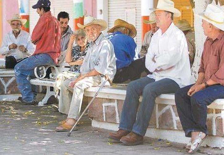 En la plaza principal de Arteaga los ancianos descansan o juegan naipes para no morir de aburrimiento. (Omar Franco/Milenio)