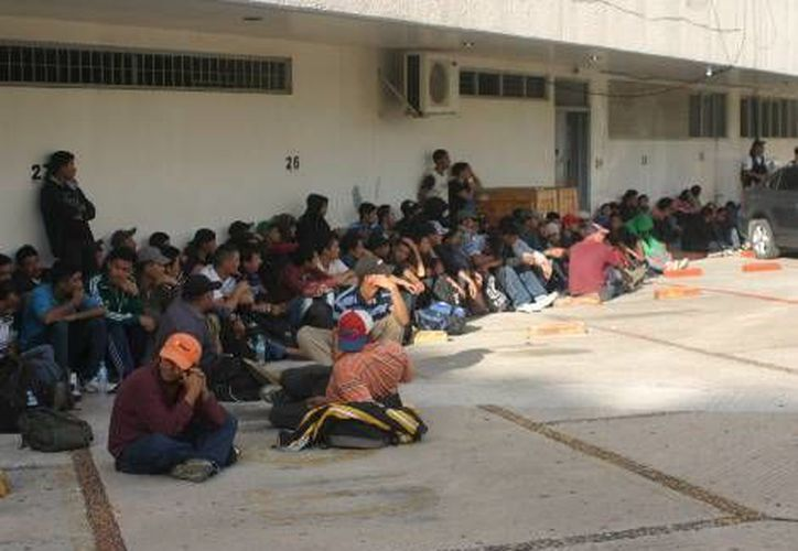 Según dieron a conocer los extranjeros, los presuntos traficantes de humanos les cobraron cinco mil dólares a cada para llevarlos a EU. (Milenio)