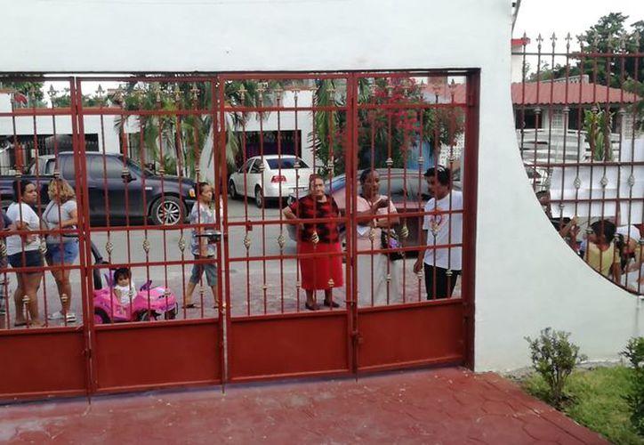 Algunos ciudadanos llegaron minutos después del cierre de casilla. (Miguel Maldonado/SIPSE)