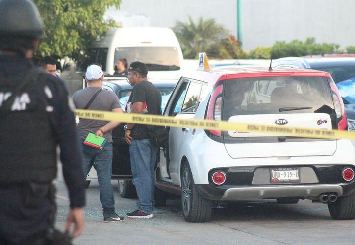 Policías municipales, estatales y ministeriales acordonaron el área, y realizaron las indagatorias correspondientes. (Foto: Redacción/SIPSE)