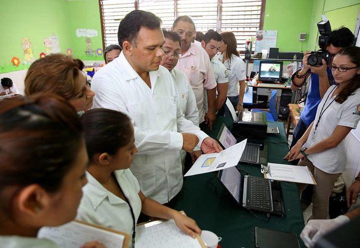 El Gobernador entregó equipos de medición de hemoglobina, peso y talla a estudiantes de la Universidad Latino. (SIPSE)