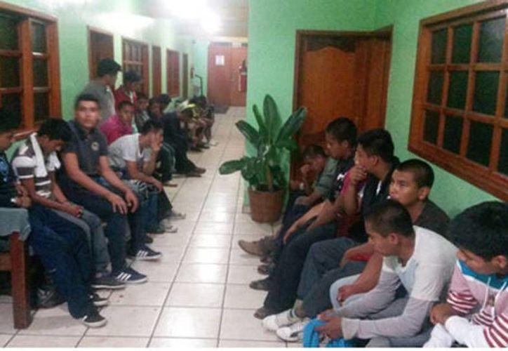 Imagen de los estudiantes de Ayotzinapa esperando en la sala de estar de la clínica Cristina la noche del 26 de septiembre. (Milenio)