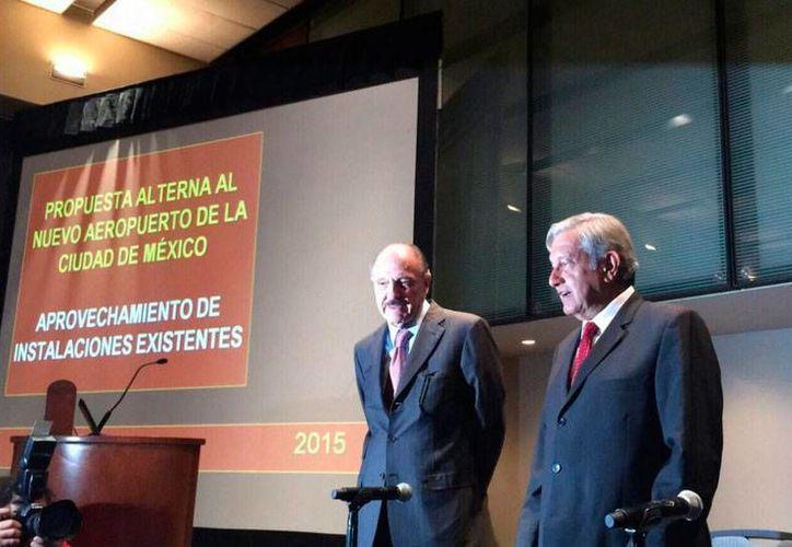 Andrés Manuel López Obrador (der.) durante la presentación de su propuesta alterna al nuevo Aeropuerto de la Ciudad de México. (@ManuelBarteltt)