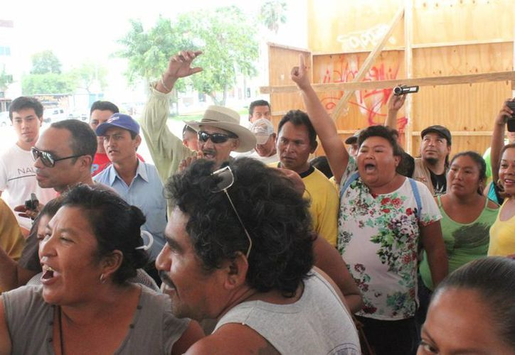 """Decenas de manifestantes acudieron ayer a pedir la intervención municipal en el conflicto por el """"Rancho Texcoco"""" de Puerto Aventuras.  (Carlos Calzado/SIPSE)"""