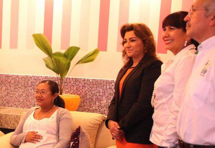 Ayer se abrió el lactario en la sede general de la SEE. En la imagen,  Sara Blancarte de Zapata acompañada de funcionarios y una mujer embarazada. (Milenio Novedades)