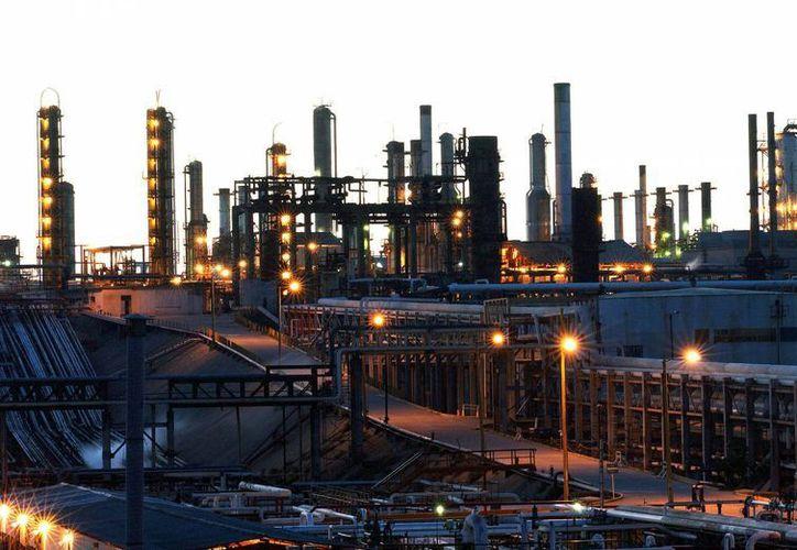 El objetivo del intercambio de petróleo de Pemex con EU es propiciar una mayor producción de gasolina y diesel. (EFE)