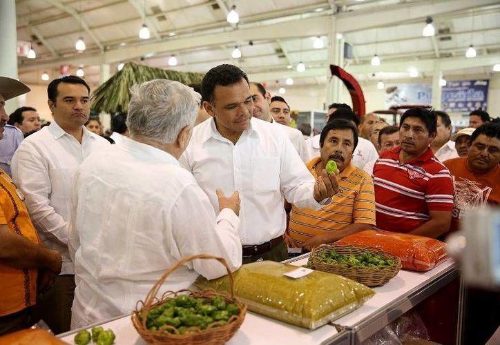 """El Gobernador inauguró la """"Expocampo Yucatán 2014"""", en el Centro de Convenciones Yucatán  Siglo XXI con la participación de 200 expositores. (Cortesía)"""