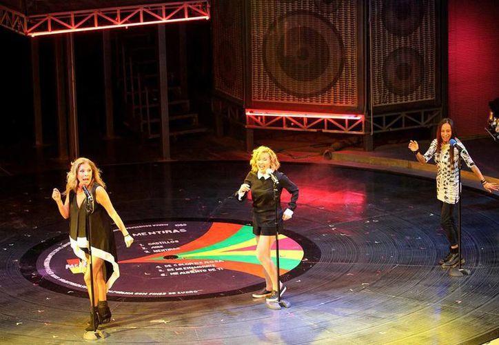 """Ilse, Ivonne y Mimí fueron invitadas a develar la placa de las dos mil representaciones de """"Mentiras, el musical"""". (Notimex)"""