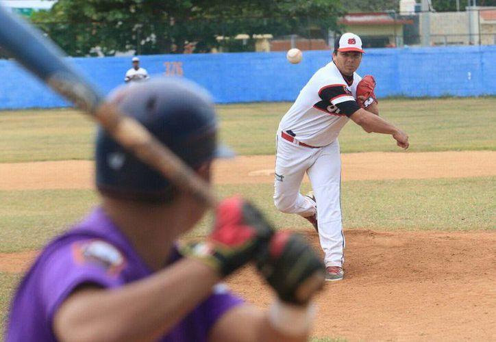 El lanzador Línder Castro, de Diablos, ante un bateador de Rockies durante el partido que disputaron ayer. (Milenio Novedades)