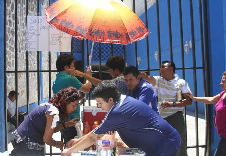 Piden a la ciudadanía no ingerir alimentos en la calle porque las altas temperaturas tienden a descomponerlos. (Milenio Novedades)