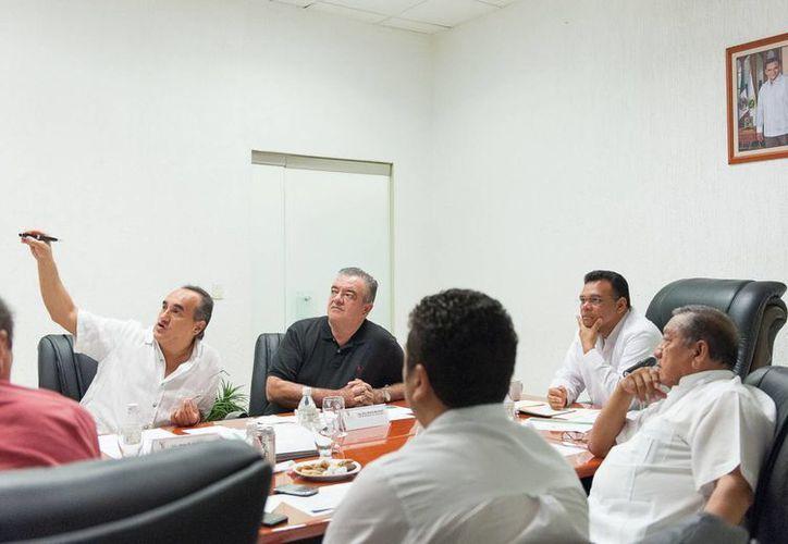 Ayer el gobernador Rolando Zapata se reunió con parte de su gabinete y delegados federales para fincar estrategias que permitan recuperar la imagen urbana del puerto de Progreso. (Cortesía)