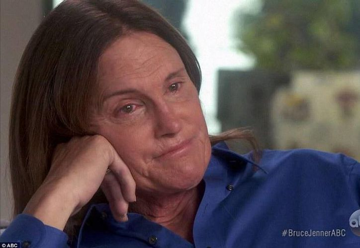 Bruce Jenner contuvo con dificultad las lágrimas durante la entrevista. (twitter/@TrompoAlDia)