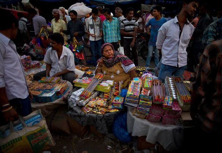 Vendedores de pirotecnia esperan su venta más fuerte en la celebración de la fiesta del año nuevo hindú. Por lo pronto, los fabricantes están de luto por la muerte de varias personas en el incendio de un negocio de fuegos artificiales. (AP)