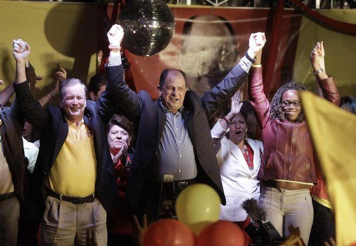 Luis Guillermo Solís (c), del Partido Acción Ciudadana, tiene hasta ahora la preferencia de los votantes costarricenses, que suman más de tres millones. (EFE)