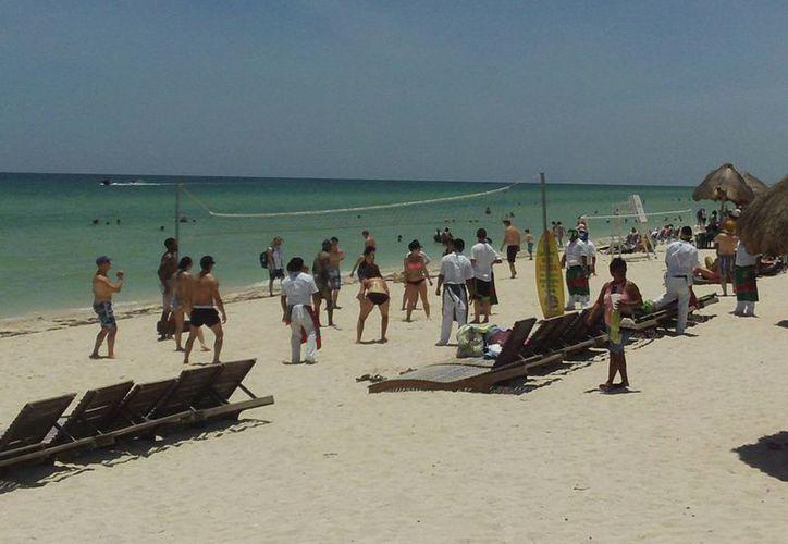 El buen tiempo fue propicio para que los turistas disfrutaran de la playa. (Manuel Pool/SIPSE)