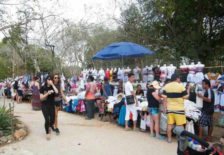 El acoso que sufren los turistas de parte los vendedores en Chichen Itzá, queja constante. (SIPSE)