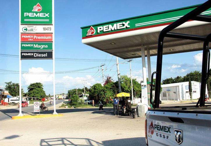 Tras descubrirse que en una gasolinera de Kanasín se adulteraba el combustible, el laboratorio de Pemex entregará resultados de sus análisis en los próximos días, pero mientras tanto la estación de servicio no fue clausurada y las bombas continúan despachando. (SIPSE)