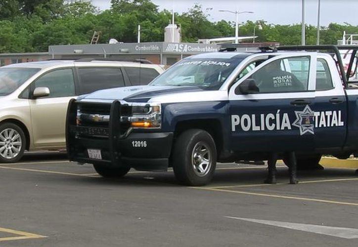 Un grupo de policías estatales y federales protagonizaron un operativo que generó confusión en el Aeropuerto de Chetumal. (Joel Zamora/SIPSE)
