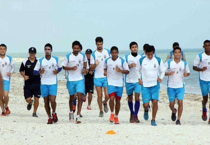 Como parte de su pretemporada, los jugadores del CF Mérida hicieron ejercicios en la playa. (Milenio Novedades)