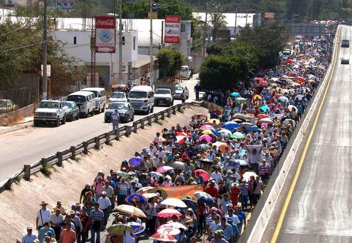 Después de violentas protestas y toma de carreteras los maestros de la CETEG dicen que buscarán otros mecanismos contras las reformas educativas. (Archivo Notimex)