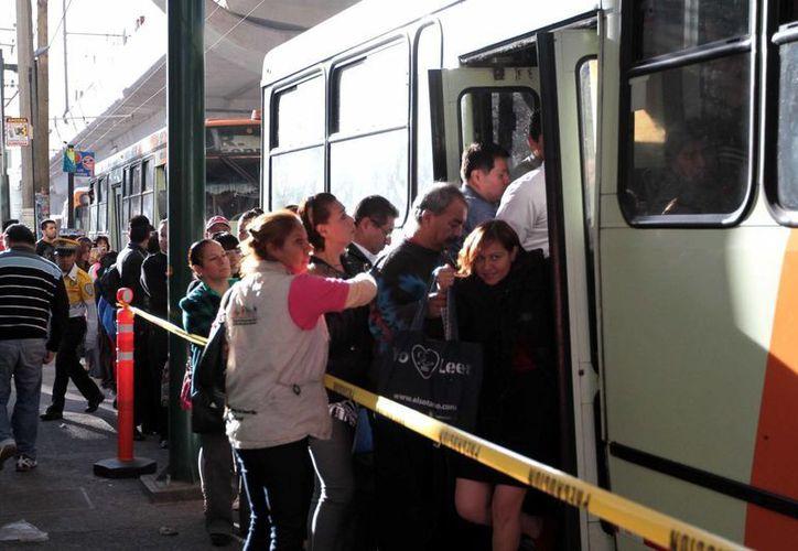 Más de la mitad de los encuestados opina que el peor servicio lo dan los microbuses y colectivos. (Archivo/Notimex)