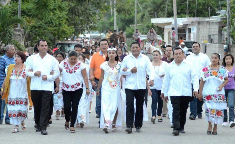 El alcalde carrilloportense, Gabriel Carballo Tadeo encendió la antorcha de las actividades que se estarán desarrollando por cinco días. (Manuel Salazar/SIPSE)