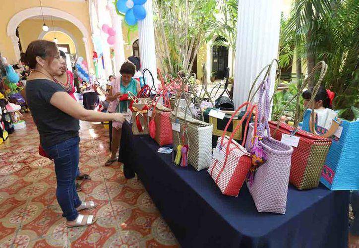 En la Dirección de Desarrollo Económico se realiza la exposición y venta de las manualidades, lo cual concluye mañana. (Novedades Yucatán)