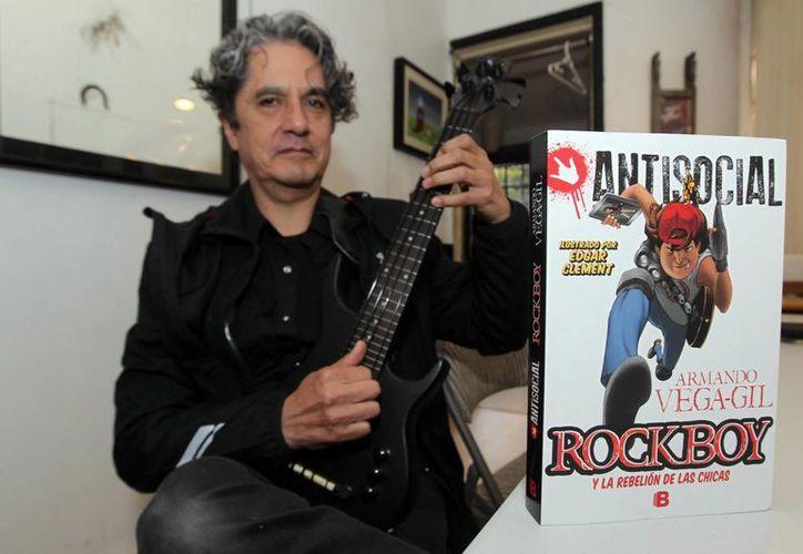 """Vega-Gil invita a participar en el """"Premio Antisocial Rockboy y la rebelión de las chicas para bandas y solistas de rock"""", para musicalizar la letra que aparece en las páginas centrales del libro. (Notimex)"""