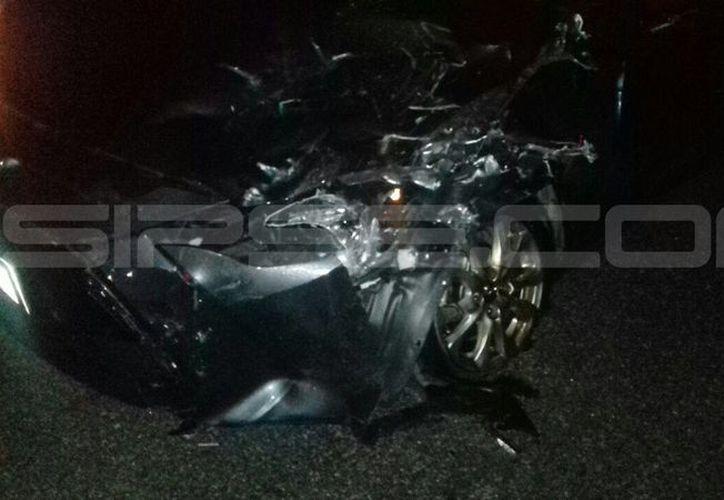 El frente del automóvil involucrado quedó completamente destrozado. (SIPSE)