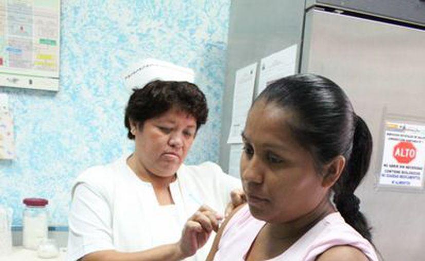 Imagen de la vacunación de una mujer embarazada. En Yucatán se encuentran varios casos de pacientes en gestación con zika. (Archivo/SIPSE)