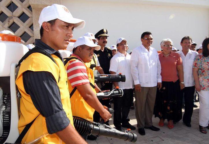El gobernador Rolando Zapata Bello encabezó la entrega de equipo para combatir el dengue, en el estacionamiento del Centro de Convenciones Yucatán Siglo XXI. (Cortesía)