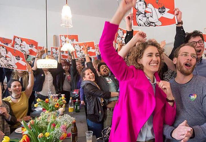Opositores a la propuesta de deportación inmediata de delincuentes extranjeros celebran en Berna el resultado de la votación. (excelsior.com.mx)