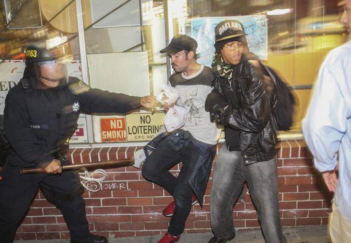 A diferencia de la protesta en Berkeley, todas las demás fueron pacíficas. Las muertes de dos personas negras desarmadas a manos de policías blancos, en eventos diferenetes, han ocasionado la ira de muchos en EU. (Foto:AP)