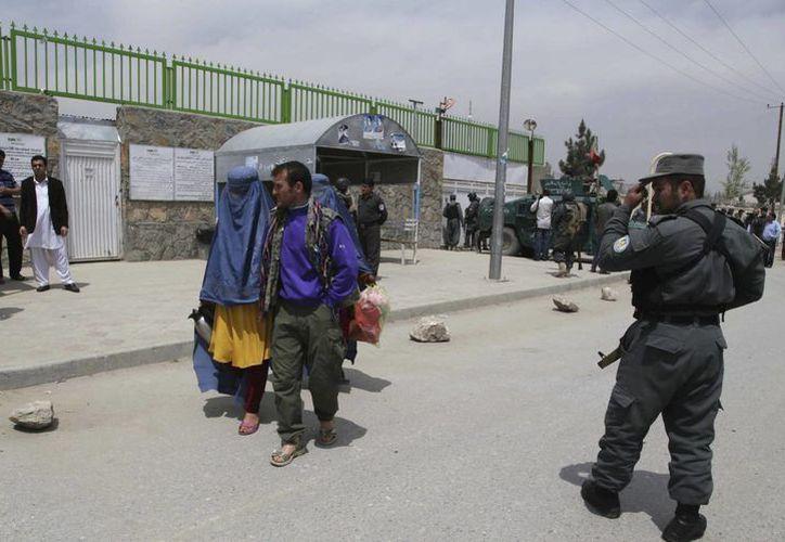 Oficiales de seguridad afganos vigilan la entrada al hospital Christian, dirigido por una organización benéfica estadounidense, tras un ataque en Kabul. (Archivo/EFE)