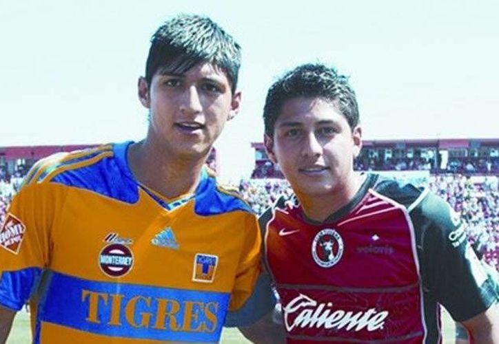 Alan Pulido (i), titular en el primer equipo de Levadiakos, en Grecia, con su hermano Armando. En esta foto uno luce la playera de Tigres de Nuevo León y el otro la de Xolos de Tijuana. (Foto tomada de futboltotal.com.mx)