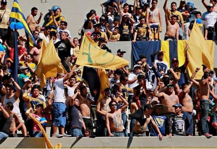 Ayer, durante el partido Pumas-América la Policía detuvo a 70 personas. (SDPNoticias)
