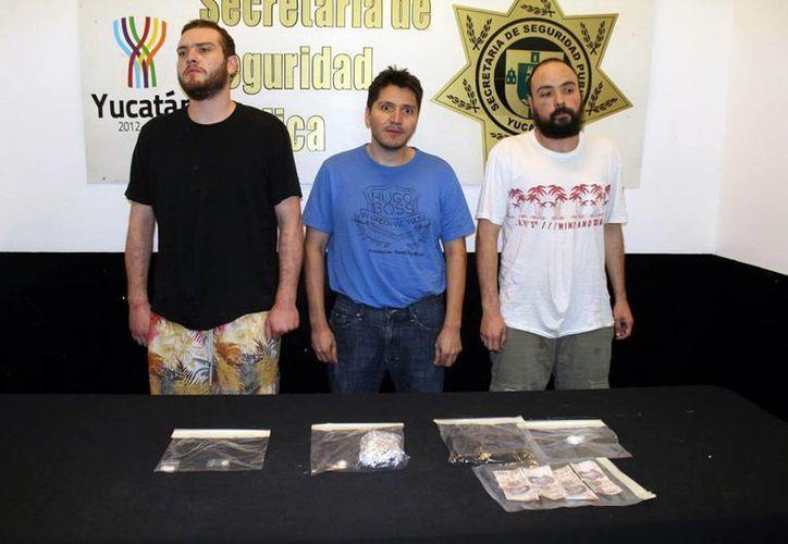 A  Ulises Avilés Baena, Vladimir Avilés Ojeda y Jesús Héctor Meza Parra además de armas les encontraron cocaína, piedras de crack y marihuana. (Milenio Novedades)