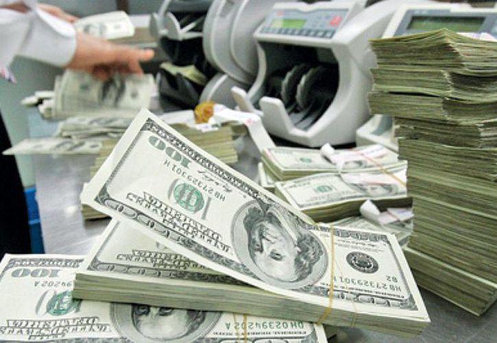 El peso mexicano está sufriendo el fortalecimiento, cada vez mayor, de la moneda estadounidense. (Archivo/AP)