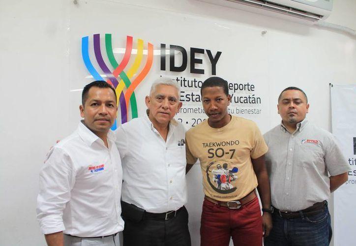 El presidente de la Asociación Yucateca de Tae Kwon do, Armando Lara Ordóñez, con el medallista olímpico Yulis Gabriel Mercedes Reyes, quien ayudará a que el deporte despegue aún más en Yucatán. (SIPSE)