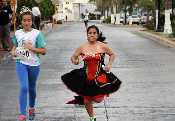 Los participantes podían correr con atuendos de príncipes o princesas.  (Redacción/SIPSE)