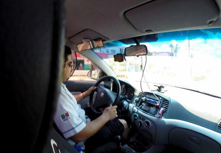 El líder del sindicato de taxistas invita a los usuarios a denunciar a los choferes que cobren más de lo permitido.  (Adrián Monroy/SIPSE)