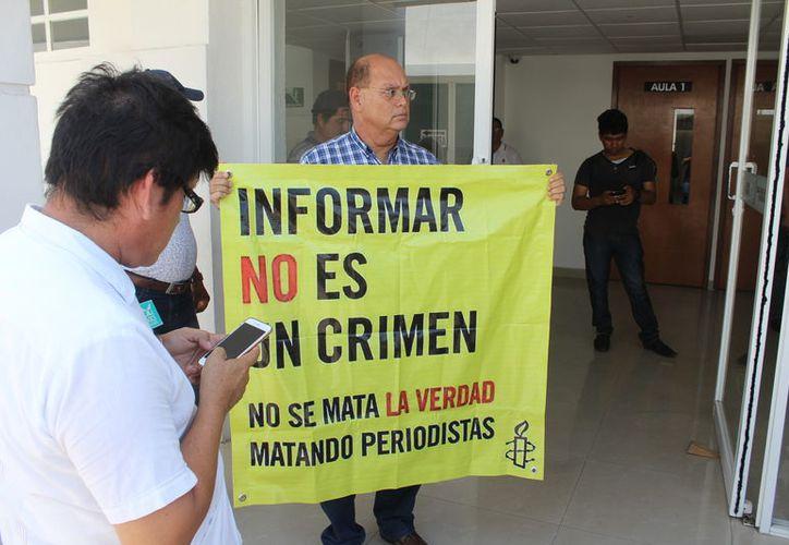 Periodistas se manifestaron a las puertas de la Fiscalía General del Estado de Quintana Roo para pedir un freno a la violencia.  (Joel Zamora/SIPSE)