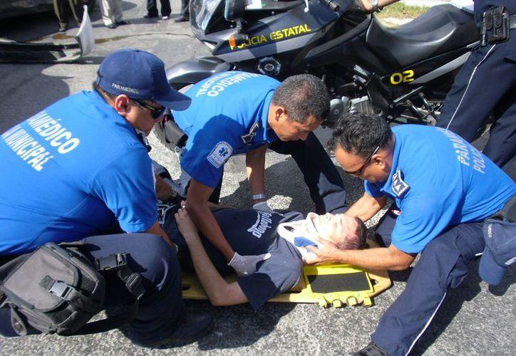 Los vehículos están inmovilizados por falta de piezas y los paramédicos optimizan los recursos.  (Juan Palma/SIPSE)