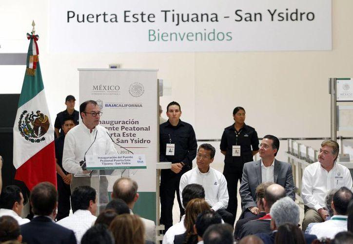 El titular de la Secretaría de Hacienda y Crédito Público, Luis Videgaray acompañado del gobernador Francisco Vega de Lamadrid inauguró el puente peatonal Puerta Este Tijuana-San Diego. (Notimex)