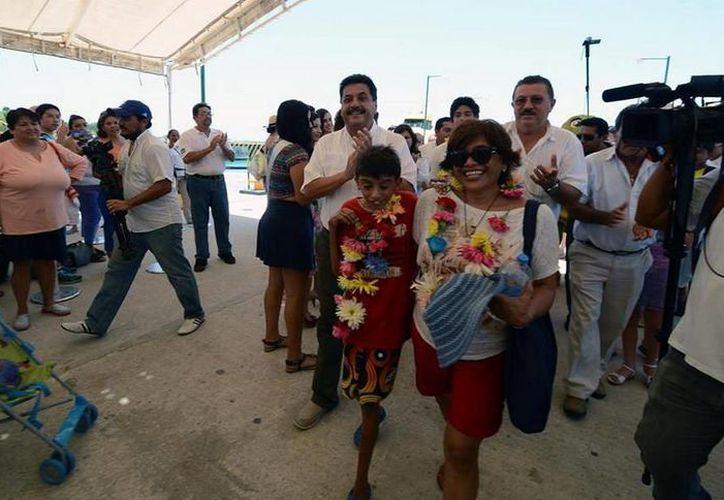 La pasajera y su familia fueron recibidos por las isleños. (Redacción/SIPSE)