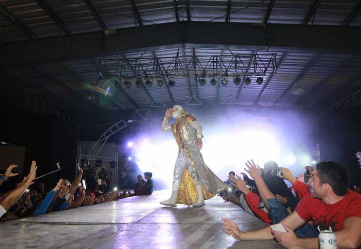 El espectáculo ofrecido por rudos y técnicos hizo olvidar a los yucatecos el frio. (Foto: Cortesía)